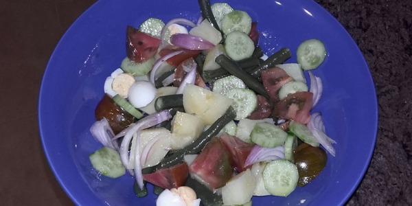 Ensalada de judías,cebolla,patata, tomate,pepinillo y huevo